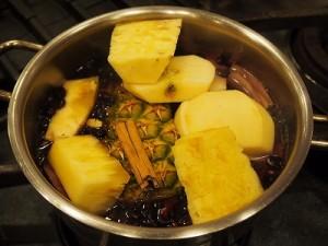 紫とうもろこし、パイナップル、りんご、オレンジ、シナモンと一緒に煮出します