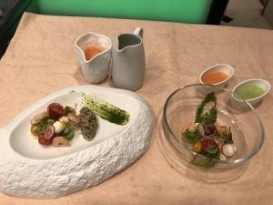 盛り付け、2例。お皿の野菜に、ガスパチョをかけていただきます