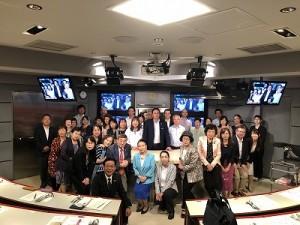 大使を囲んで参加者全員と集合写真